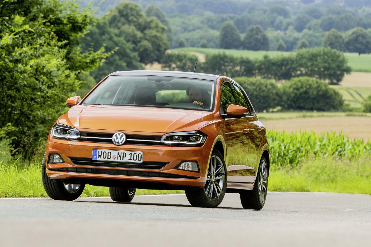 Volkswagen Polo   Gdy mamy na myśli samochód typowy na miejskie drogi, to poza SUV-em przychodzi nam na myśl hatchback. Mały, zwrotny, wszędzie się wciśnie i nie powinien dużo palić. Teoretycznie pierwsze skojarzenie wędruje nam do francuskich lub włoskich aut, ale czy słusznie?  Fot. Volkswagen