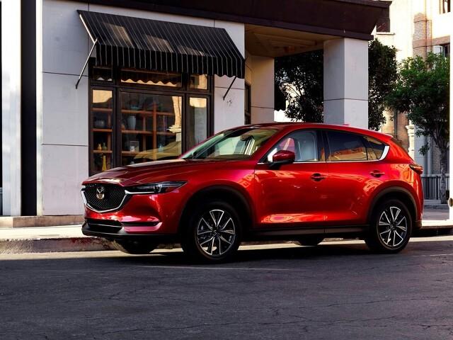 Mazda CX-5   Mazda CX-5 to bardzo ciekawa propozycja dla tych, którzy szukają auta nietuzinkowego, nieoczywistego, mają ochotę na namiastkę segmentu premium, ale bez wydawania mnóstwa pieniędzy za logo i prestiż. Świetny komfort, jakość wykonania, piękna stylistyka i niezawodność, choć lakier wymaga starannej opieki. Ceny są wysokie, ale czasami warto zainwestować w auto dające komfort i przyjemność.  Fot. Mazda