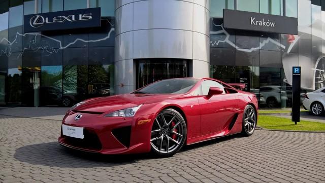 Lexus LFA  Budowa, wyposażanie oraz dostawa auta do Polski zajęły blisko rok. Samochód, wyprodukowany w ostatnim roku produkcji modelu (numer seryjny 447), został zarejestrowany w grudniu 2012 roku. Cena tego wyjątkowego auta, które od opuszczenia fabryki przejechało zaledwie 5663 km, to 2,8 mln złotych.  Fot. Lexus
