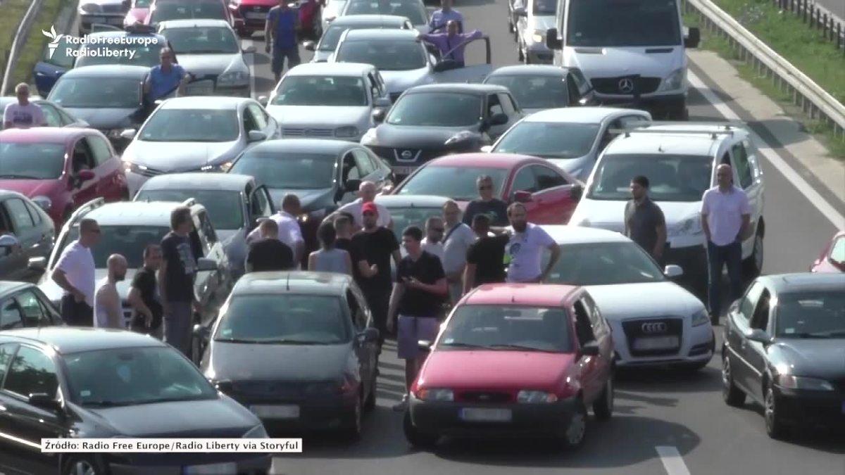 Rosną ceny paliw. Kierowcy w Belgradzie znaleźli sposób, by wyrazić z tego powodu swoje niezadowolenie.  Fot. STORYFUL/x-news