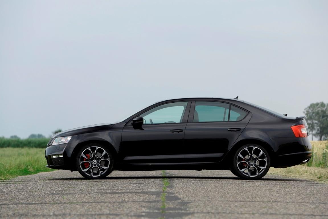 Ingerencja inżynierów sprawia, że 2-litrowa Octavia vRS jest w stanie rozwinąć 404 KM. Skok mocy jest niemalże dwukrotny i stawia czeskiego liftbacka praktycznie na tej samej półce, na której stały do tej pory auta pokroju BMW M4 czy Forda Mustanga V8 / Fot. Revo Technik