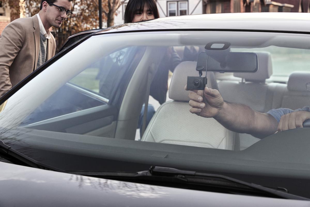 Garmin zaprezentował urządzenie Garmin Dash Cam Tandem. To samochodowy rejestrator jazdy z dwoma obiektywami, umożliwiającymi nagrywanie tego, co dzieje się wokół i we wnętrzu pojazdu.   Fot. Garmin
