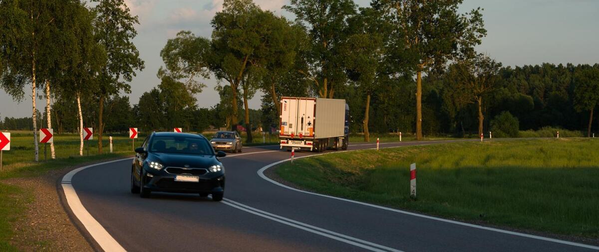 Wprawdzie nieznacznie, ale ruch na drogach sukcesywnie wzrasta. I sytuacja ta dotyczy zarówno transportu ciężarowego, jak i aut osobowych. Fot. GDDKiA