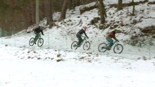 Wymiana opon. Rowerzyści też wymieniają opony na zimowe (video)