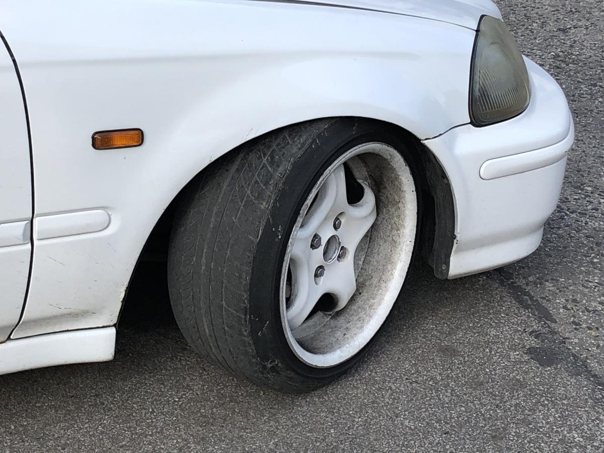 Fabryczny rozmiar opon samochodowych to najlepszy wybór. Opracowuje się je na podstawie wielu badań i obliczeń, które pozwalają uzyskać najbardziej optymalne warunki jezdne, przy umiarkowanym zużyciu paliwa. Niemniej, dopuszczalne jest stosowanie zamienników, jednak wyłącznie przy spełnieniu kilku istotnych warunków. Fot. Mark Horn