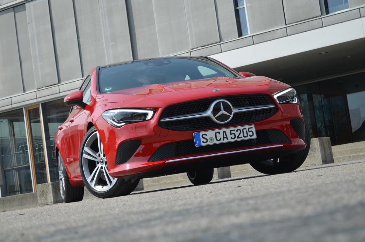 """CLA wymyka się klasyfikacjom. Jak na Mercedesa, jest mały i poręczny. Jego bagażnik jest spory, choć mniejszy niż poprzedniej wersji. Tesco wejdzie zawsze, Ikea czasem. Sportowa sylwetka """"czterodrzwiowego coupé"""" dodaje mu energii. W konkretnym wymiarze jej dostatek zapewniają silniki. Moc benzynowych wynosi: 136, 163, 190 lub 224 KM. Jest i jeden diesel, 116-konny, który zapewnia prędkość powyżej 200 km/h i czas rozpędzania do """"setki"""" odrobinę powyżej 10 sekund, a wg testu NEDC może spalać zaledwie 3,8-4 l/100 km.  Fot. Michał Kij"""