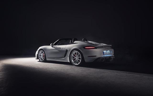 Porsche 718 Spyder   Za napęd odpowiada nowy 6-cylindrowy silnik typu bokser o pojemności 4 litrów. Wolnossąca jednostka bazuje na tej samej rodzinie motorów, co silniki turbo w obecnej serii modelowej 911 Carrera. Nowy wysokoobrotowy bokser generuje moc 420 KM.   Fot. Porsche