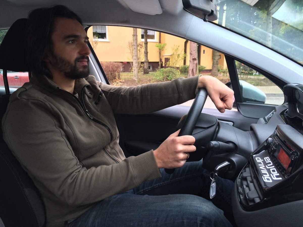 Prawidłowa pozycja za kierownicą - plecy przylegają do oparcia fotela, a nadgarstek wyciągniętej ręki jesteśmy w stanie zgiąć na górnej części wieńca kierownicy.   Fot. EnjoyDriving