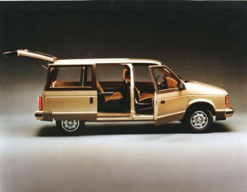 Fot. Chrysler: Produkcja minivana rozpoczęła się w 1983 r. w zakładzie Windsor Assembly Plant należącym do ówczesnego Chrysler Corporation. Pierwszymi modelami były Plymouth Voyager, Dodge Caravan i Dodge Caravan C/V.
