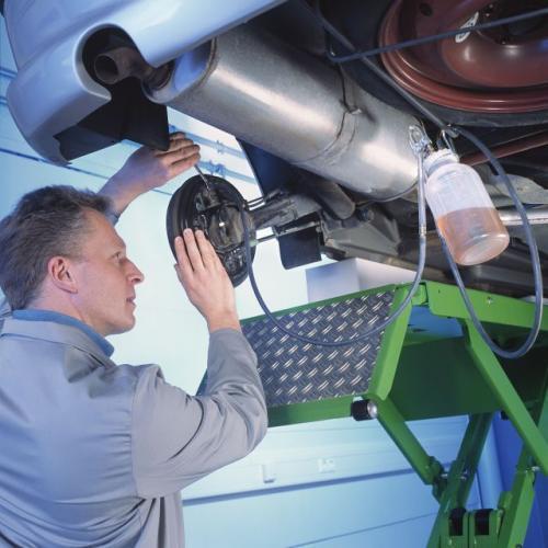 Fot. Bosch: Co 2 lata trzeba wymieniać płyn hamulcowy, gdyż z powodu własności higroskopijnych traci on swoje właściwości.