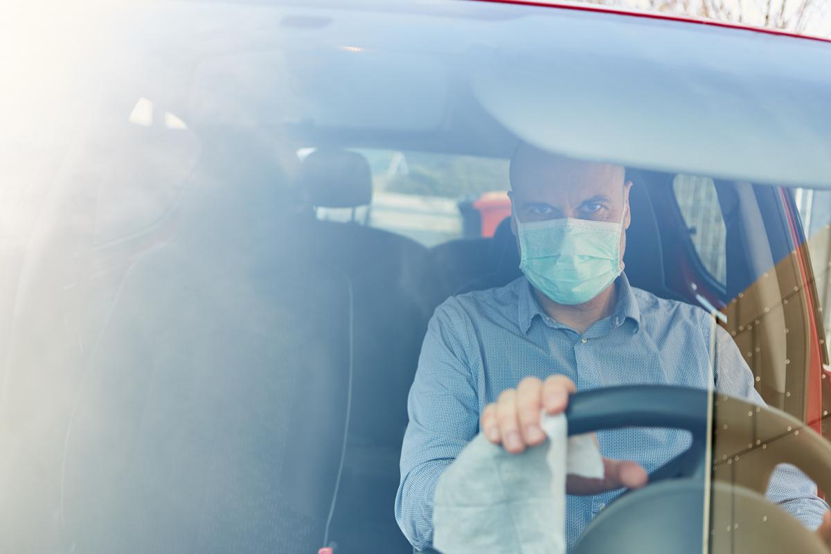 Pandemia związana z koronawirusem nie ustępuje, a już rząd zapowiada wprowadzenie kolejnych ograniczeń. Jednym z nich ma być bezwzględne stosowanie maseczek w miejscach publicznych, niezależnie od stanu zdrowia. A jak się sprawa ma z jazdą samochodem?  Fot. 123RF