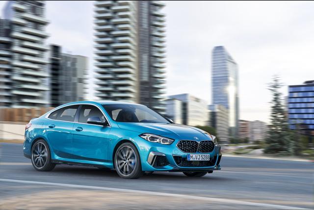 BMW serii 2 Gran Coupé  BMW serii 2 Gran Coupé ma długość 4526 mm, szerokość 1800 mm i wysokość i tylko 1420 mm. Mimo sportowo płaskiego wyglądu wnętrze oferuje dzięki rozstawowi osi 2670 mm mnóstwo miejsca dla pasażerów oraz abagażnik o pojemności 430 l.  Fot. BMW