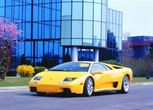 """fot. Lamborghini: Diablo (1990-2001) jak łatwo zgadnąć z hiszp. """"diabeł"""". Byk ów stoczył w 1869 r. w Madrycie jeden z najdramatyczniejszych pojedynków w dziejach corridy. Lamborghini Diablo okrzyknięto """"najszybszym samochodem świata"""". Z silnikiem V12 o po"""