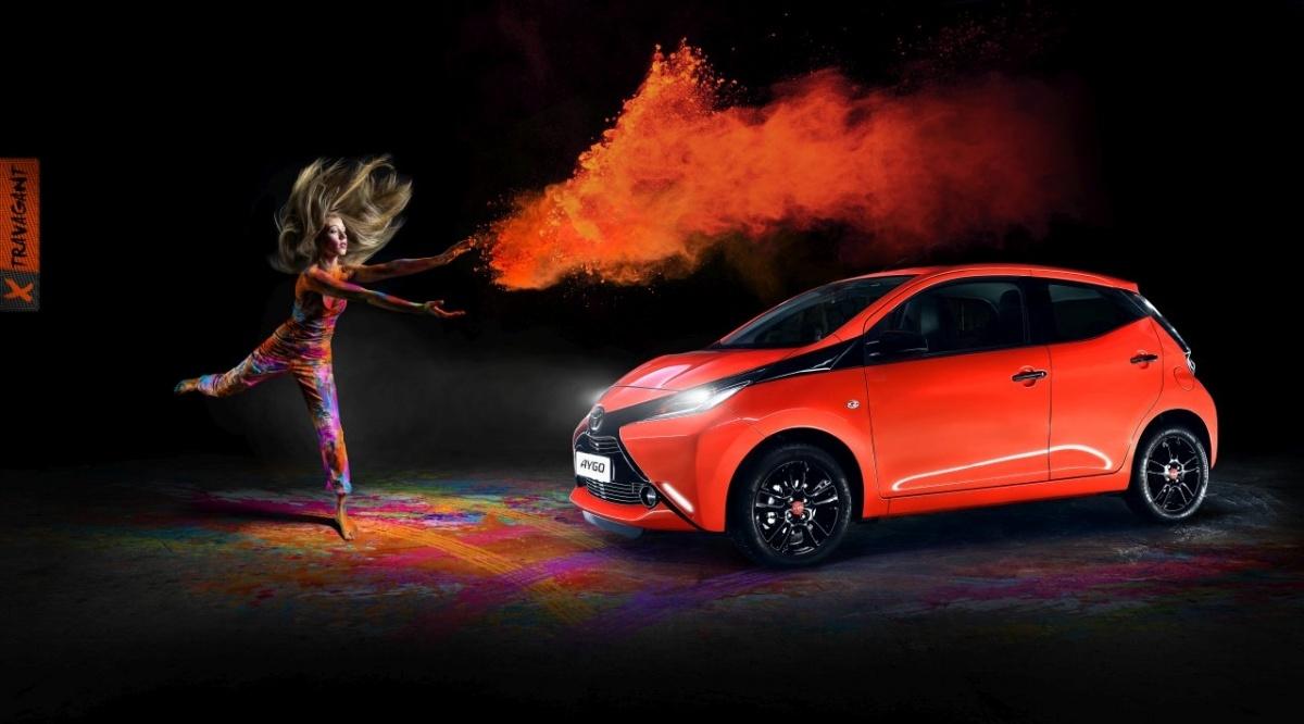 Projektanci Toyoty stworzyli dla modelu AYGO cztery nowe stylizacje, dostępne w formie pakietów – czerwone i lśniąco czarne wykończenia w pakiecie x-clusiv, wyrazistą kompozycję z ciemnoszarym lakierem SmokeyIce i czerwonymi akcentami w pakiecie x-treme, granatowo-białą wersję x-pressive i agresywną, pomarańczowo-czarną stylizację x-travagant / Fot. Toyota
