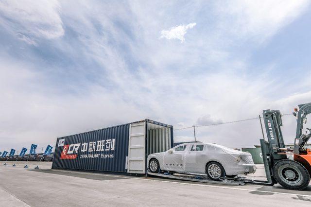 """Volvo Cars jest pierwszym producentem samochodów na świecie, który eksportuje samochody produkowane w Chinach do Europy pociągami, dzięki nowej chińskiej inicjatywie handlowej """"One Belt, One Road"""" (""""Jeden pas, jedna droga"""").  Fot. Volvo"""