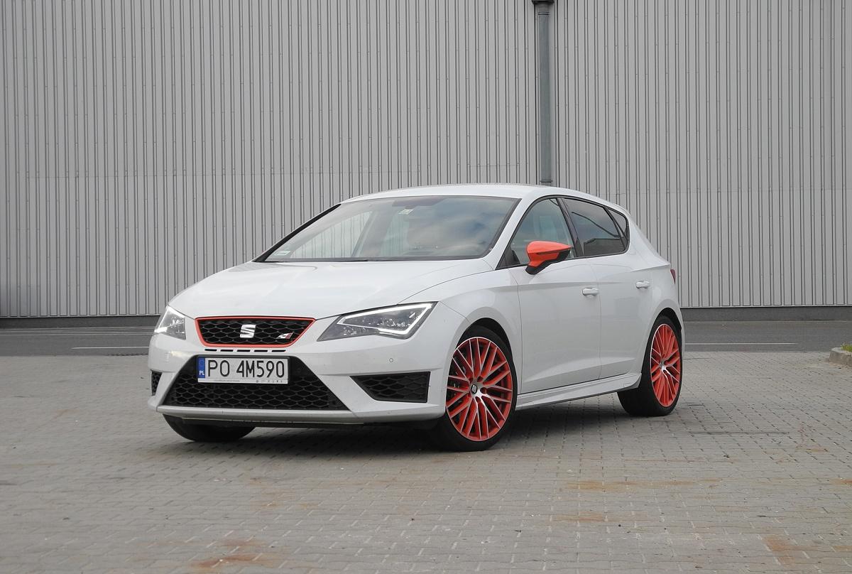Seat Leon Cupra   Główną atrakcją Leona Cupra jest silnik. To czterocylindrowa jednostka benzynowa o pojemności 2 litrów i mocy 290 KM. Silnik wyposażono w podwójny wtrysk i zmienne fazy rozrządu. Maksymalny moment obrotowy wynosi 350 Nm i jest dostępny już od 1700 obr/min.   Fot. Wojciech Frelichwoski
