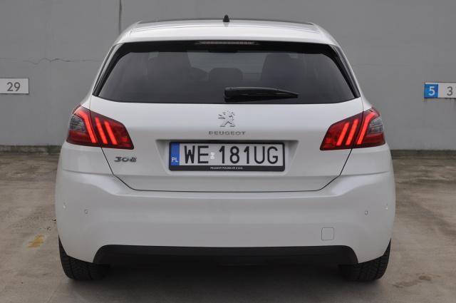 """Peugeot 308 to stary znajomy. Obecne na rynku od 2014 r. auto zdążyło się wtopić w krajobraz polskich dróg. Ten francuski kompakt chce przyciągnąć klientów finezją i polotem, których próżno szukać wśród konkurencji pochodzenia niemieckiego. Allure to wersja zorientowana na komfort. Przez kilka jesiennych dni mieliśmy okazję jeździć """"trzystaósemką"""" z najmocniejszym wariantem trzycylindrowego silnika benzynowego o pojemności skokowej 1.2 l. Ośmiobiegowy automat ma dopełniać komfortu wersji Allure i pozwolić na prawdziwy relaks za kierownicą. Na ile taka konfiguracja rzeczywiście na to pozwala?  Fot. Jakub Mielniczak"""