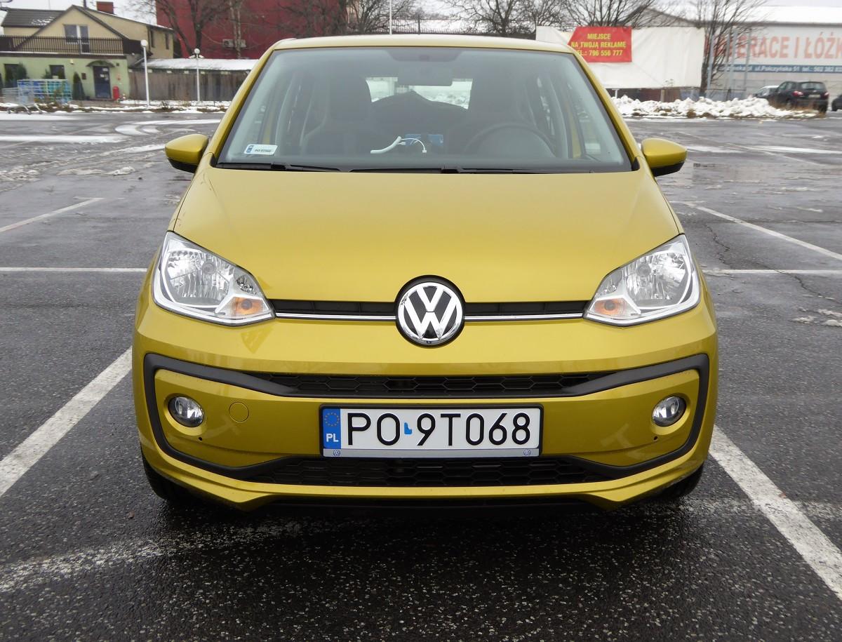 Volkswagen up! facelifting  Trzeba wprawnego oka żeby od razu zauważyć to co ostatnio zmieniono w wyglądzie najmniejszego z Volkswagenów. Znacznie łatwiej dostrzec różnice, gdy zajrzymy do wnętrza. Lifting na szczęście nie zmienił charakteru tego modelu, a wręcz odwrotnie.  fot. Marek Perczak