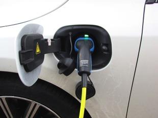 Samochód elektryczny. Kto kupuje takie pojazdy w Polsce?