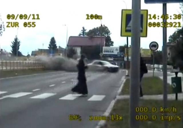 Chełm: Przejechał autem przez barierkę. Nie miał prawa jazdy (wideo)