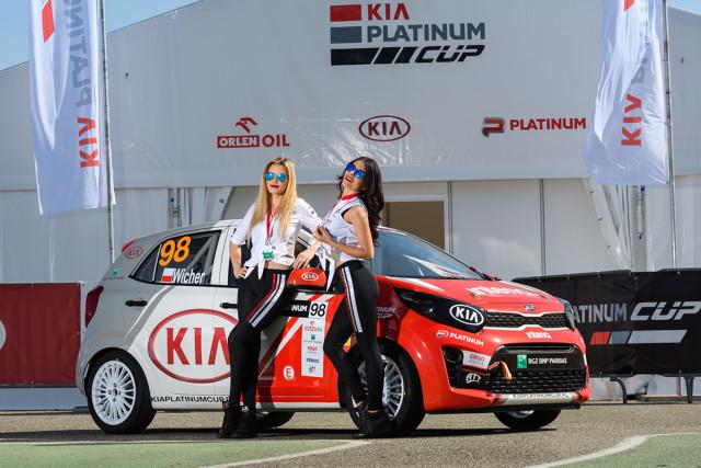Pierwsza runda Kia Platinum Cup rozegrana na Hungaroringu obfitowała w wielkie emocje. Dwa zwycięstwa przypadły Konradowi Wróblowi, chociaż kolejność na mecie drugiego wyścigu wyglądała zupełnie inaczej…  Fot. Kia