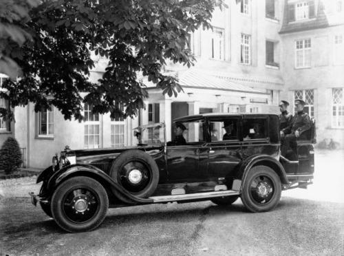 Fot. Mercedes-Benz: W latach 30. posiadanie samochodu stosownego do rangi monarchy wzbudzało dumę i podziw poddanych. Na zdjęciu z 1928 roku widnieje Maybach W5 króla Etiopii Heile Selassie.