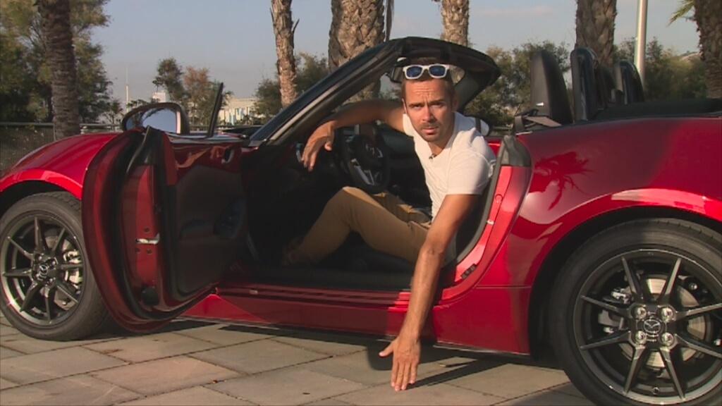 TVN Turbo/x-news  Czwarta generacja Mazdy MX-5 została stworzona w myśl filozofii grama. Tam, gdzie dało się obniżyć wagę samochodu, zrobiono to, na przykład przy rozkładaniu dachu. Oprócz lekkości auto świetnie się prowadzi, i jak na roadstery, jest niedrogie.