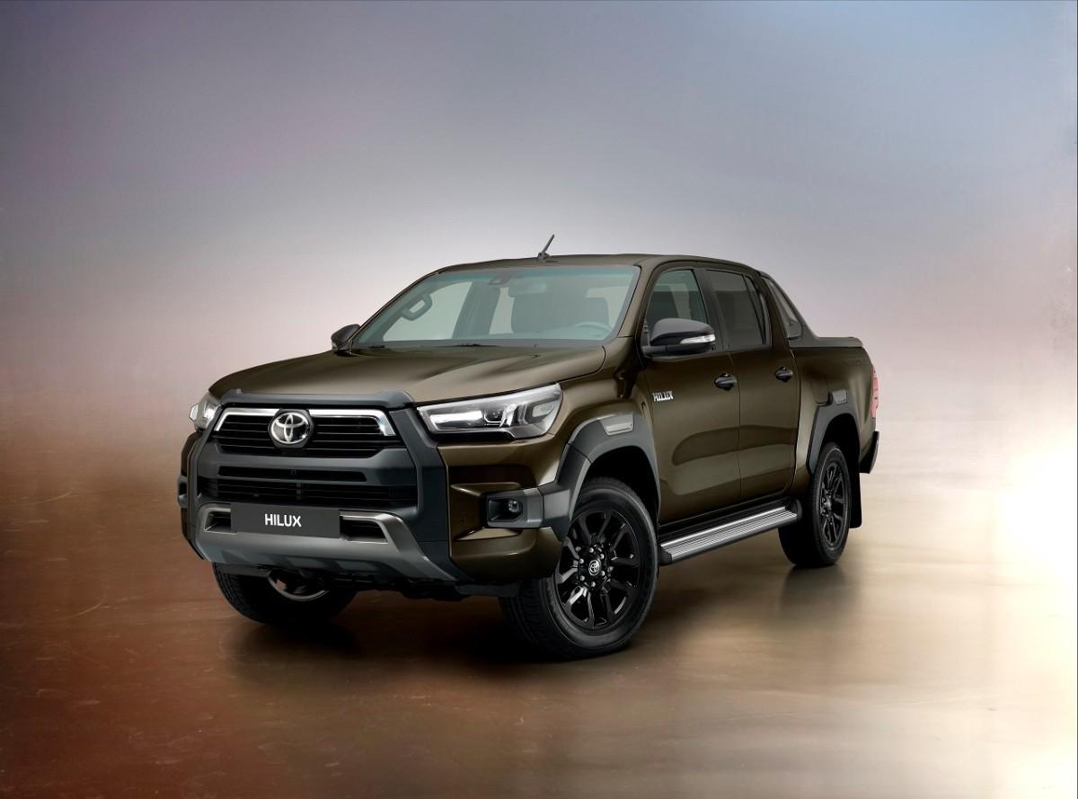 Toyota Hilux   Hilux jest dostępny od 94 000 zł netto (115 620 zł brutto), a w najwyższej wersji wyposażenia Invincible kosztuje 182 200 zł netto (224 106 zł brutto). Silnik 2.8 jest oferowany od wersji SR5 w konfiguracji 4x4 za kwotę od 146 700 zł netto (180 441 zł brutto).  Fot. Toyota