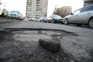 Odszkodowanie za uszkodzenia spowodowane dziurą w jezdni. Jak uzyskać?