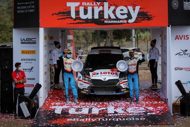 Po znakomitej jeździe Kajetan Kajetanowicz i Maciej Szczepaniak (Škoda Fabia Evo) wygrali Rajd Turcji w kategorii WRC 3 i zajęli 7. miejsce w klasyfikacji generalnej. Załoga Lotos Rally Team objęła prowadzenie drugiego dnia rajdu i oprócz zwycięstwa w kategorii WRC 3, była również najszybsza wśród załóg jadących samochodami Rally2.   Fot. Lotos Rally Team
