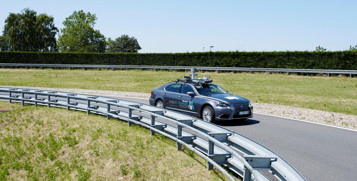 Zautomatyzowany pojazd z kierowcą, czuwającym nad bezpieczeństwem testów, będzie jeździć w centrum Brukseli. Celem jest zbadanie wpływu różnorodnych ludzkich zachowań na zautomatyzowane systemy jazdy.  Fot. Toyota