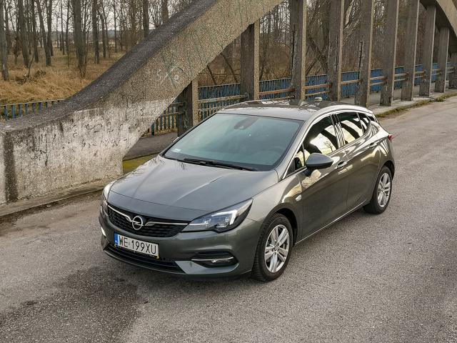 """Na rynku znajdziemy kilka propozycji z segmentu C, które cieszą oko, są emocjonujące, mają w sobie to """"coś"""". Opel Astra nie należy do tego grona i nie ma co się oszukiwać, że jest inaczej. Ale niemiecka propozycja ma inne zalety, które będą istotne dla wielu użytkowników. O czym mowa?  Fot. Kamil Rogala"""