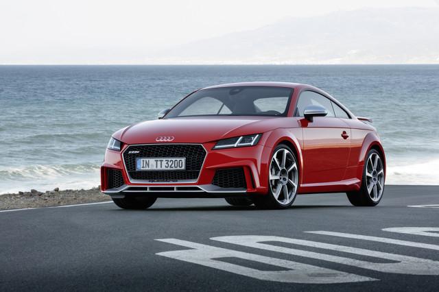 Audi TT RS   Nowy, pięciocylindrowy silnik generuje moc 400 KM, czyli o 60 KM więcej niż jego poprzednik. Maksymalny moment obrotowy 480 Nm dostępny jest w przedziale od 1700 do 5850 obr./min. Audi TT RS Coupe od 0 do 100 km/h przyspiesza w 3,7 sekundy, a roadster w 3,9 sekundy. Prędkość maksymalną producent ograniczył do 250 km/h, ale na życzenie podnieść ją można aż do 280 km/h.   Fot. Audi