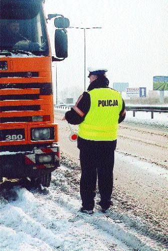 Fot. Archiwum: W Polsce obowiązek noszenia kamizelek ostrzegawczych mają: policja, służby drogowe i ratunkowe. Prawdopodobnie w przyszłym roku obejmie to również kierowców. Natomiast w Austrii obowiązkowym wyposażeniem auta oprócz trójkąta, apteczki jest