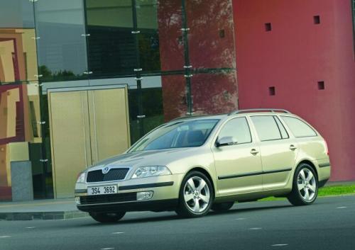 Fot. Skoda: Wersja uniwersalna Octavii ma identyczną przednią część nadwozia jak sedan. Ściana tylna w swojej górnej części jest pochylona do przodu i nadaje pojazdowi dynamiczny wygląd.