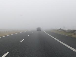 Jazda we mgle. Jakich świateł używać? Jaki mandat można dostać?