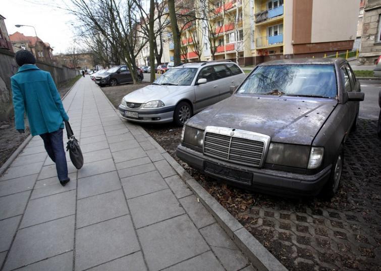 Problem z parkowaniem przy szpitalu na Pomorzanach w Szczecinie