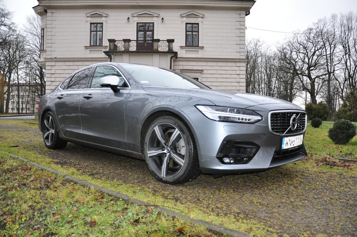 Volvo S90   Volvo S90 to dobrze dopracowany samochód. Począwszy od udanej stylistyki i wręcz pachnącego luksusem przestronnego wnętrza, poprzez całą masę systemów bezpieczeństwa oraz dobry silnik i prowadzenie. Imponuje jakością wykonania, bogactwem wyposażenia i komfortem jazdy. Pakiet Polestar powoduje, że auto ma sportową charakterystykę i może być uznane za hot hatcha.  Fot. Marcin Rejmer