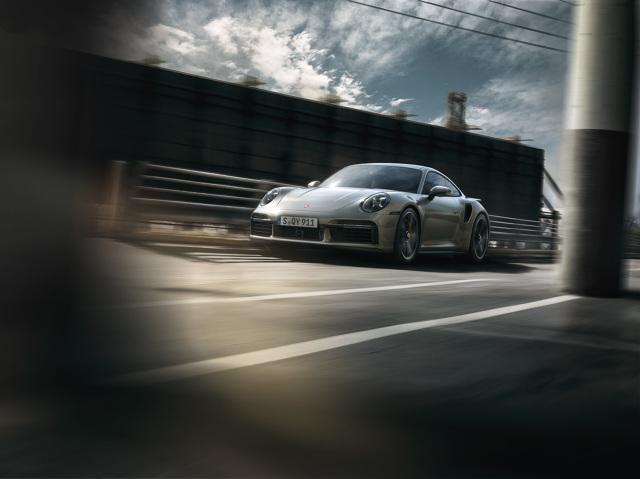 Porsche 911 Turbo S   Nowością są aktywne klapy powietrza chłodzącego. W efekcie, w połączeniu z ruchomą krawędzią przedniego spojlera oraz wysuwanym i pochylanym tylnym skrzydłem, nowy topowy model dysponuje trzema elementami aktywnej aerodynamiki. Prócz podstawowych konfiguracji aerodynamicznych 911 Turbo – PAA Speed (prędkość) i PAA Performance (osiągi/wydajność) – dodatkowo pozwala to na realizację konfiguracji Eco.   Fot. Porsche
