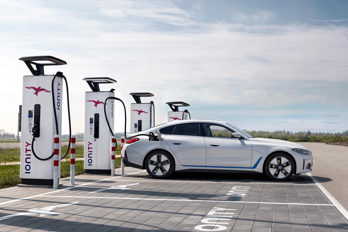 BMW i4  Auto poosiada system ostrzegania przed kolizją czołową, wskaże ograniczenia prędkości, ostrzega przed zjechaniem z pasa ruchu w wyposażeniu standardowym. Opcjonalny oferowany jest aktywny regulator prędkości z automatycznym asystentem ograniczeń prędkości i prowadzeniem po trasie.  Fot. BMW