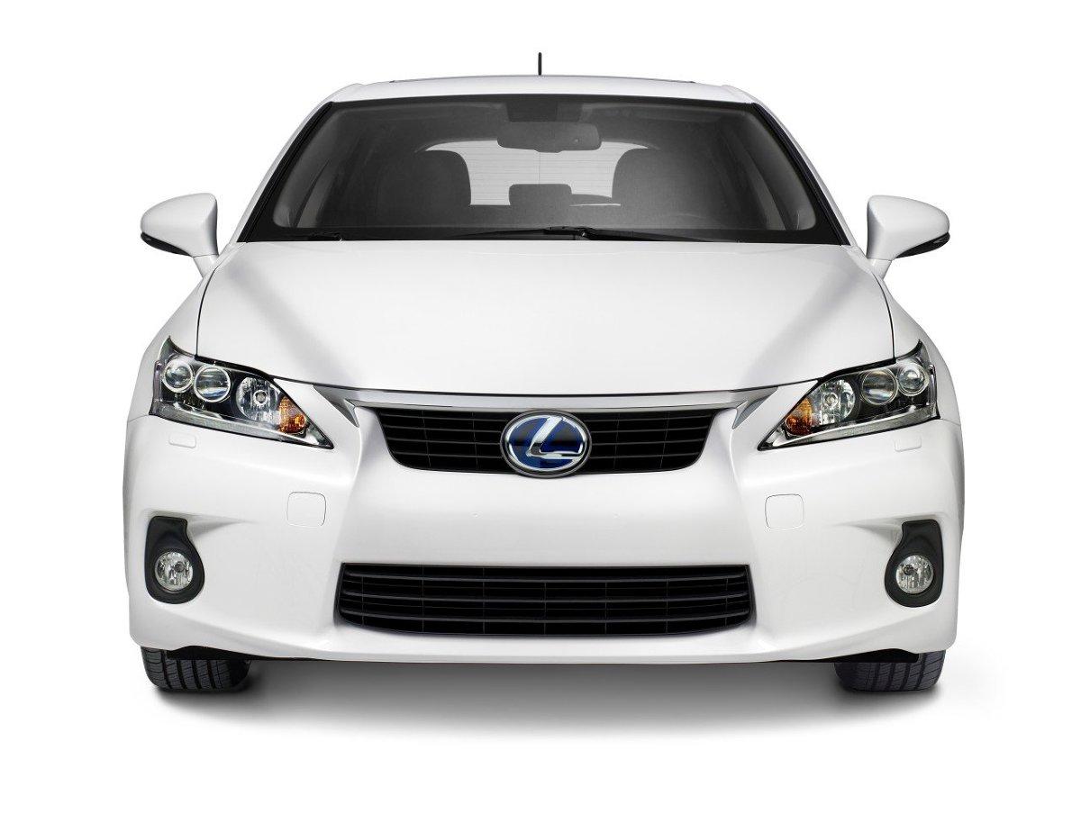 Po czym rozpoznać markę samochodu? Najłatwiej po firmowym logo na masce czy pokrywie bagażnika. Samochody Lexus łączy jednak znacznie lepiej widoczna cecha, wspólna dla wszystkich aktualnych modeli: wyjątkowy, podobny do klepsydry kształt atrapy chłodnicy / Fot. Lexus