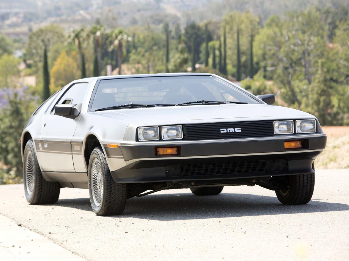 Przypomnijmy, że rodukcja DeLoreana ruszyła w 1981 roku. Początkowo zakładano, że samochód będzie kosztował 12 tys. dolarów. Ostatecznie DMC-12 sprzedawano jednak za 25 tys. dolarów, co skutecznie zawęziło grono klientów. Po roku, z powodu problemów finansowych, producent ogłosił bankructwo / Fot. DeLorean