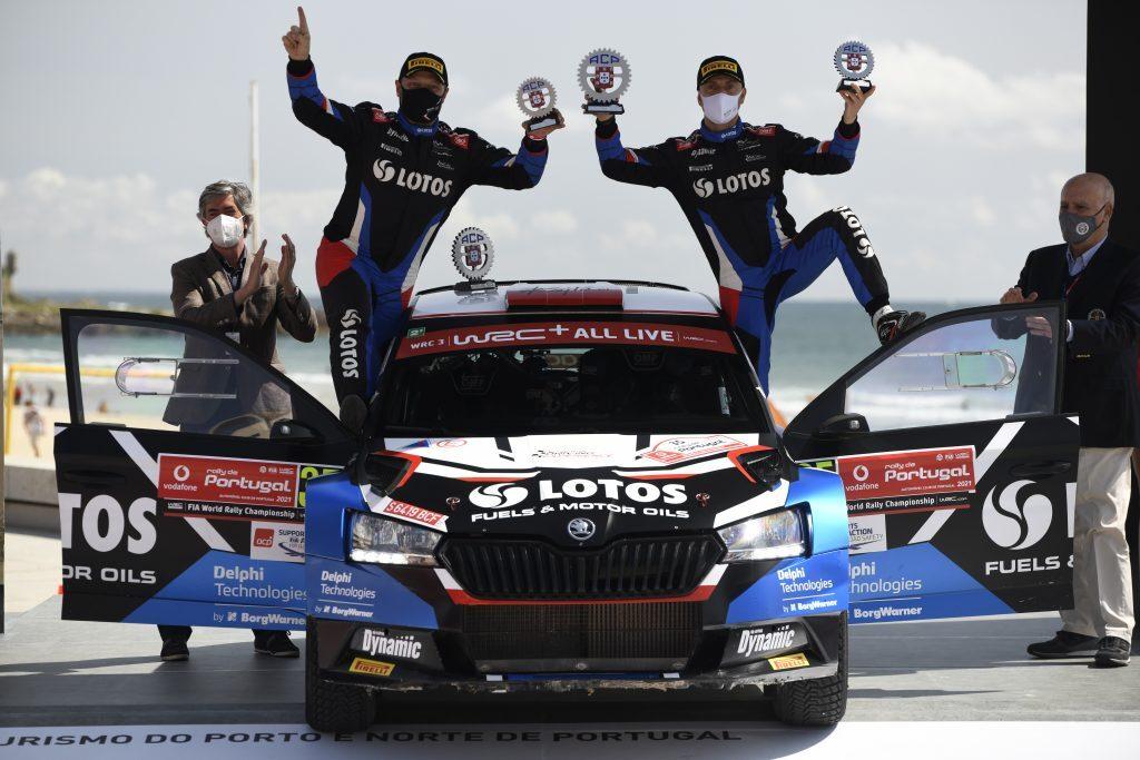 W drugim tegorocznym starcie w mistrzostwach świata Kajetan Kajetanowicz i Maciej Szczepaniak (Škoda Fabia Rally2 evo) ponownie triumfowali w kategorii WRC 3, wygrywając siedem odcinków specjalnych. W klasyfikacji generalnej Rajdu Portugalii jako pierwsi na mecie zameldowali się Elfyn Evans i Scott Martin (Toyota Yaris WRC).  Fot. Lotos Rally Team