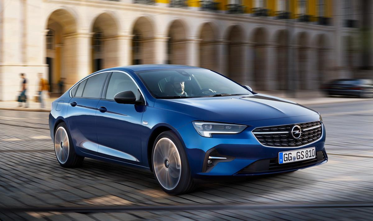 Najlepiej czuje się w otoczeniu szklanych biurowców wielkich miast. Tam na zakończenie każdego dnia pracy jest samochodem, który tworzy korki przy wyjazdach z podziemnych garaży. Jakie zalety i wady ma ulubiony samochód polskich menadżerów? W Motofaktach sprawdzamy Opla Insignię II generacji.  Fot. Opel