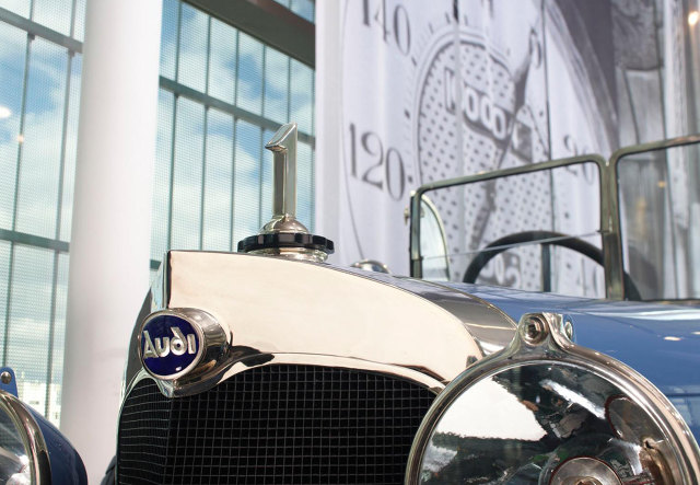 """Audi  W 1899 roku August Horch założył firmę A. Horch & Cie. przemianowaną po trzech latach na August Horch & Cie. Motorwagenwerke AG. Potem odszedł z firmy i założył kolejną o nazwie August Horch Automobilwerke GmbH. Między firmami nastąpił konflikt zakończony wyrokiem sądu nakazującym nowej spółce odstąpić od używania nazwy Horch. Pan August wpadł na pomysł, by przetłumaczyć swoje nazwisko (z niem.: """"słuchaj"""") na łacinę i tak w 1910 roku narodziło się Audi Automobilwerke GmbH.  Fot. Audi"""