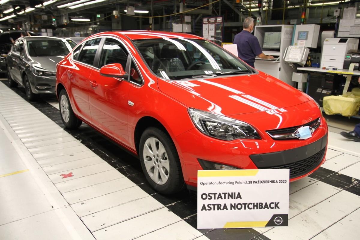 Zakład w Gliwicach wyprodukował właśnie ostatnią Astrę Sedan (notchback) czwartej generacji i kontynuuje produkcję Opla piątej generacji w wersji hatchback.   Fot. Opel
