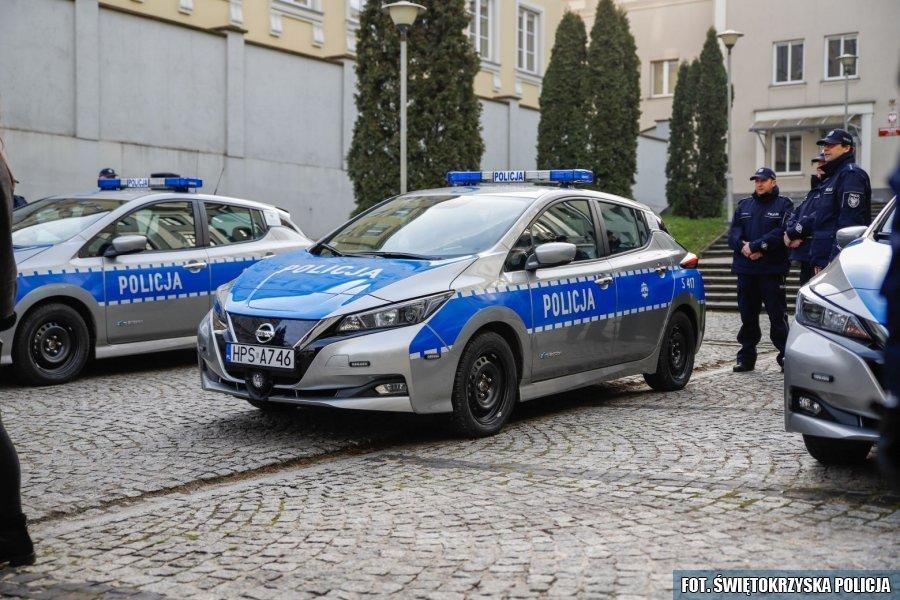 Nowymi elektrycznymi radiowozami w świętokrzyskiej policji są Nissany Leaf II. Fot. Policja