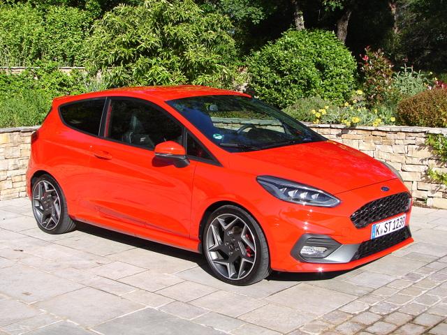 """Ford Fiesta ST   Fiesta ST doczekała się zupełnie nowego, 1,5-litrowego trzycylindrowego silnika EcoBoost firmy Ford, który wykorzystuje turbodoładowanie, wysokociśnieniowy wtrysk paliwa, oraz działający na oba wałki układ zmiennych faz rozrządu. Osiąga przy tym moc 200 KM przy 6000 obr/min i 290 Nm momentu obrotowego w zakresie od 1600 do 4000 obr/min. I wraz z nim przyjdzie chyba zmienić zdanie o """"silnikach do kosiarki"""".  Fot. Dariusz Kowalczuk"""