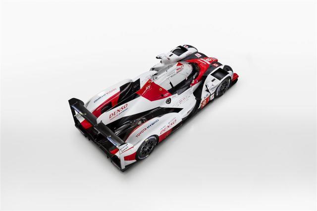 Toyota TS050 Hybrid   W rozpoczynającym się sezonie FIA WEC Toyota wystawi trzy samochody. Mike Conway, Kamui Kobayashi i José María López poprowadzą auto z numerem #7, a Sébastien Buemi i Anthony Davidson, mistrzowie świata 2014, oraz Kazuki Nakajima siądą za kierownicą bolidu #8. W 6-godzinnym wyścigu na torze Spa-Francorchamps oraz w słynnym 24-godzinnym wyścigu w Le Mans wystartuje trzeci team z numerem #9 w składzie Stéphane Sarrazin, Yuji Kunimoto i Nicolas Lapierre.  Fot. Toyota