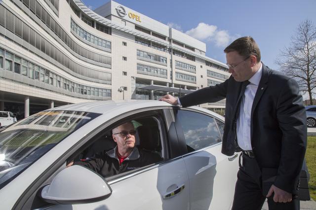 Według oficjalnych danych producenta Opel Insignia w zależności od wyposażenia zużywa on od 3,9 do 3,8 litra paliwa na 100 kilometrów. Wartości te dotyczą sedana z supercichym dieslem 1.6 o mocy 100 kW/136 KM. Niezależny ekspert ze Szwajcarii udowodnił jednak, że w typowych środkowoeuropejskich warunkach ruchu drogowego podane wartości można znacznie poprawić / Fot. Opel